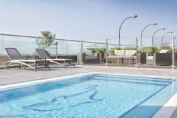 אורחי ספא הורייזון נהנים משימוש חופשי בבריכת בית המלון של מלון שרתון בתל אביב